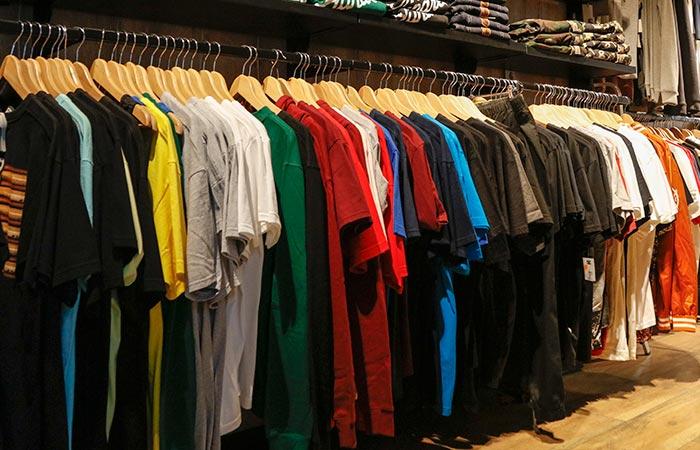 todos los modelos de camisetas expuestos en la tienda
