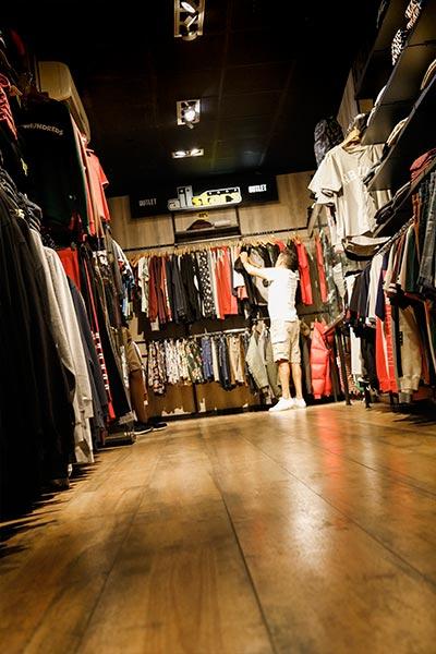 chico comprando ropa de marca en tienda