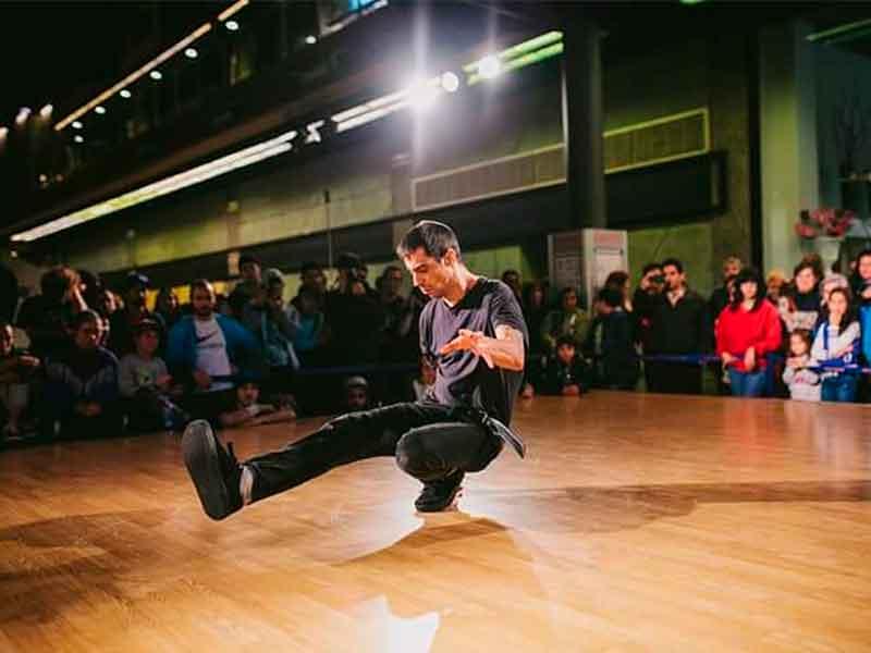 Valen bailando breakdance en una competición